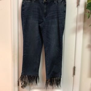 Jeans with detachable feathers on the hem.🆕